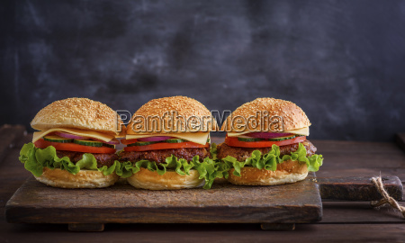 homemade, hamburger, with, beef, , onion, , tomato - 25129512