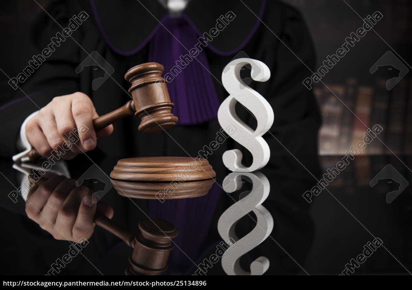 paragraph, , judge, hold, hammer, on, wooden - 25134896