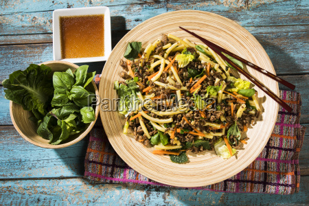 asian, mince, salad, with, macaroni, ginger, chillies, garlic, carrots, leek, onions, soy - 25136602