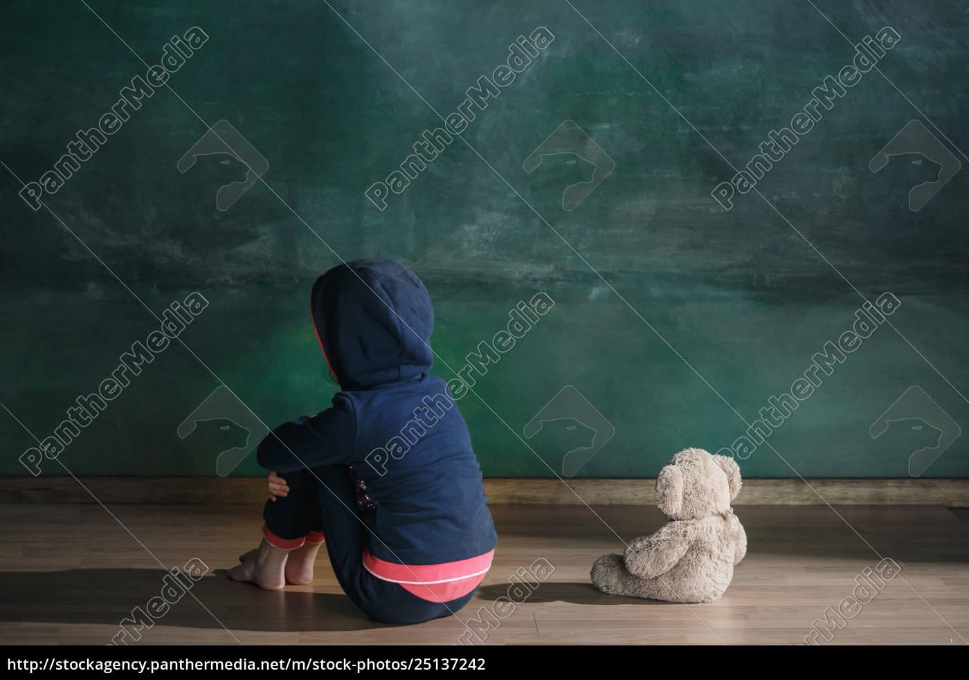 little, girl, with, teddy, bear, sitting - 25137242