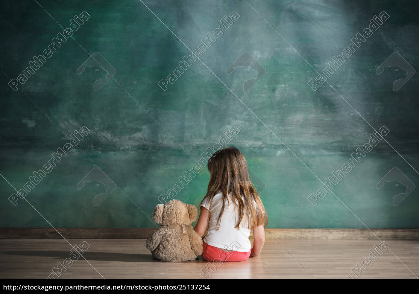 little, girl, with, teddy, bear, sitting - 25137254