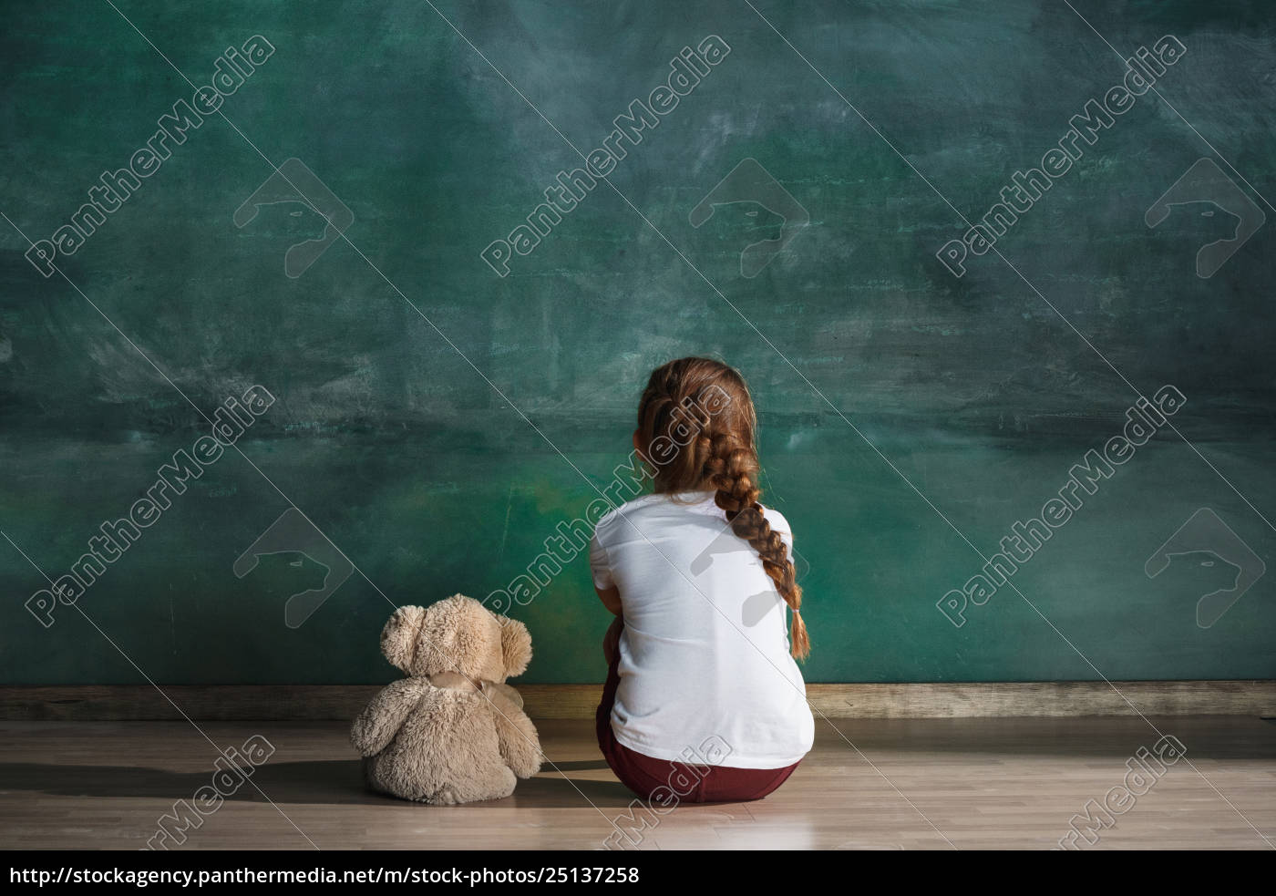 little, girl, with, teddy, bear, sitting - 25137258