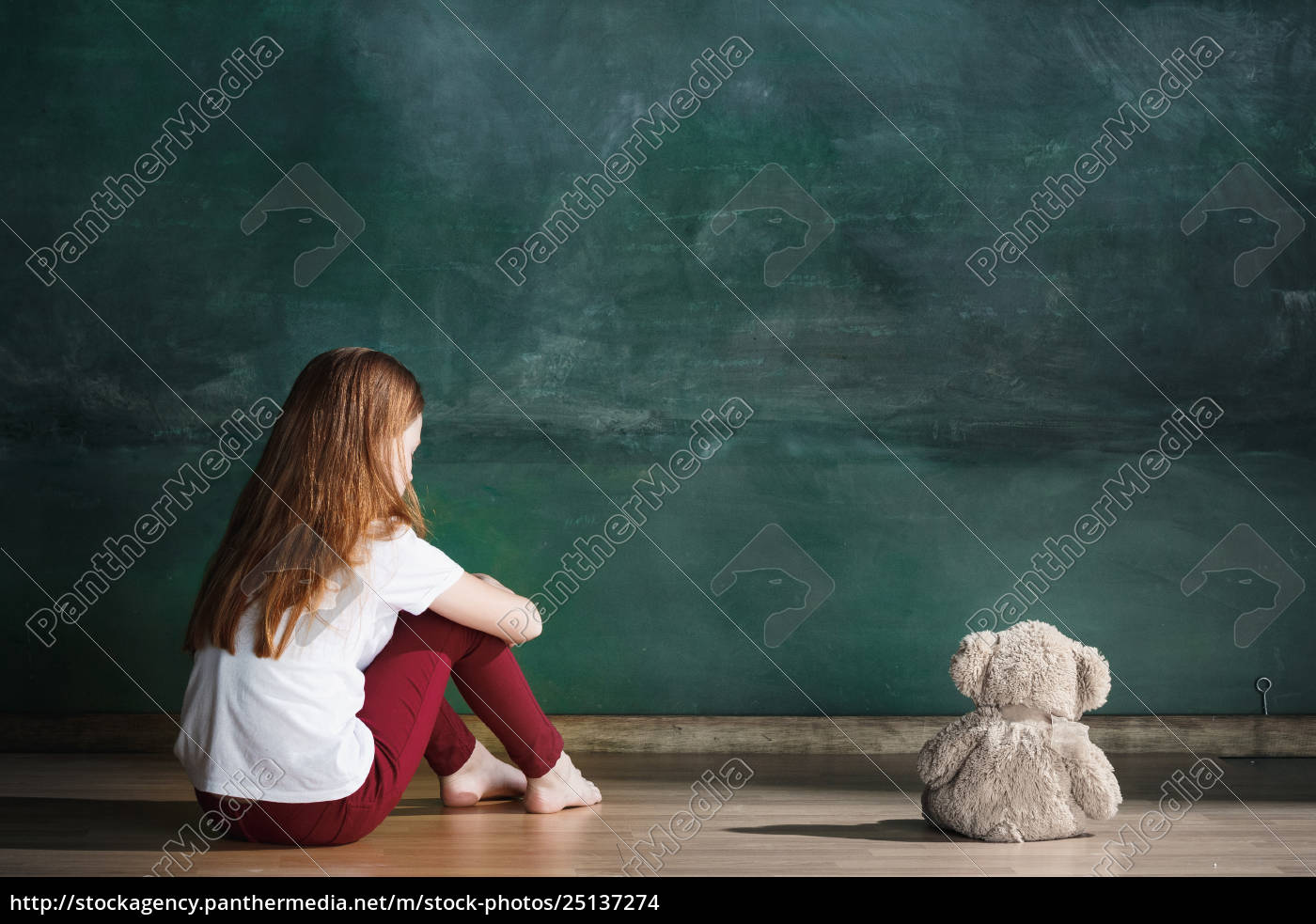 little, girl, with, teddy, bear, sitting - 25137274