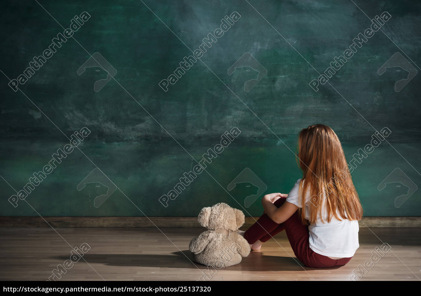 little, girl, with, teddy, bear, sitting - 25137320