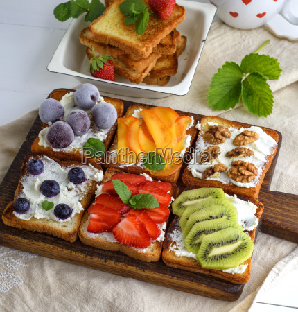 toasts, with, soft, cheese, , strawberries, , kiwi, - 25138632