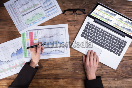 businessperson, analyzing, graph, in, office - 25147800