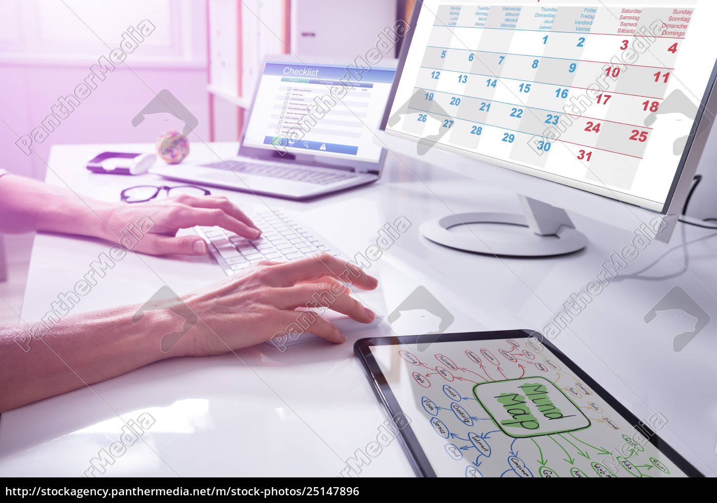 businessperson's, hand, using, computer - 25147896