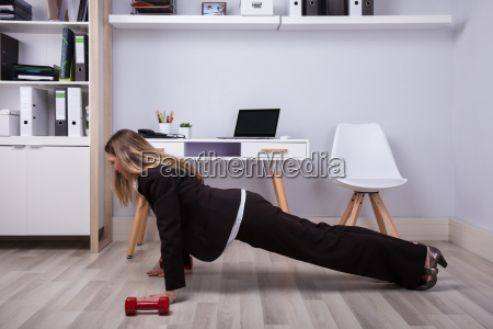 businesswoman, doing, pushups - 25147844