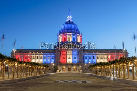 san francisco city hall illuminated in