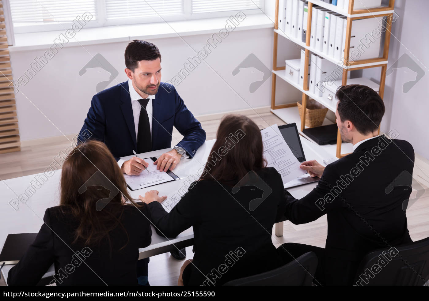 businesspeople, having, conversation, in, office - 25155590