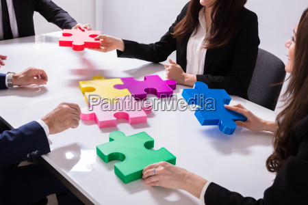 group, of, businesspeople, solving, jigsaw, puzzle - 25155330