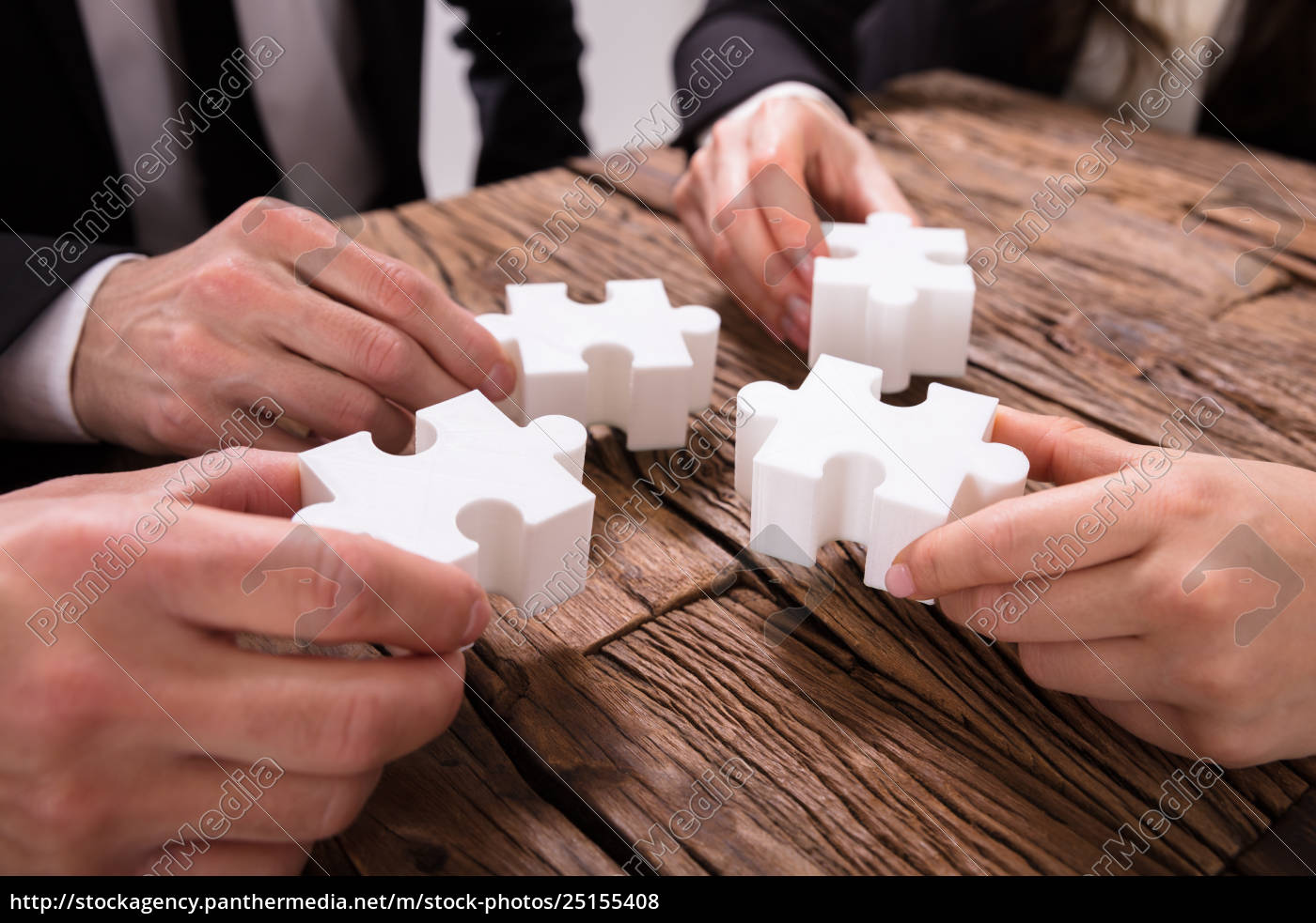group, of, businesspeople, solving, jigsaw, puzzle - 25155408