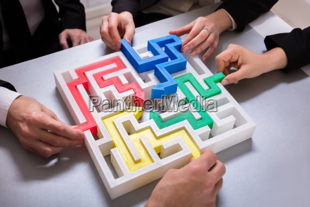 group, of, businesspeople, solving, maze, puzzle - 25155396