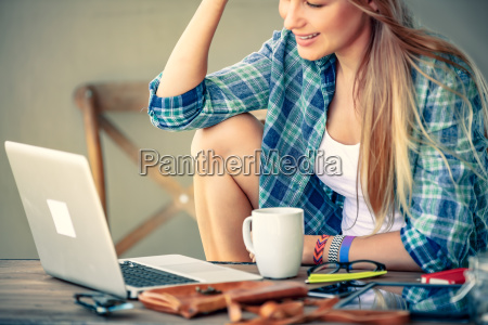 freelancer, working, in, outdoors, cafe - 25164592