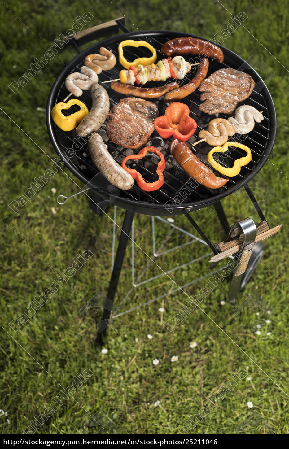 grill, with, smoke, over, summer, outdoor - 25211046