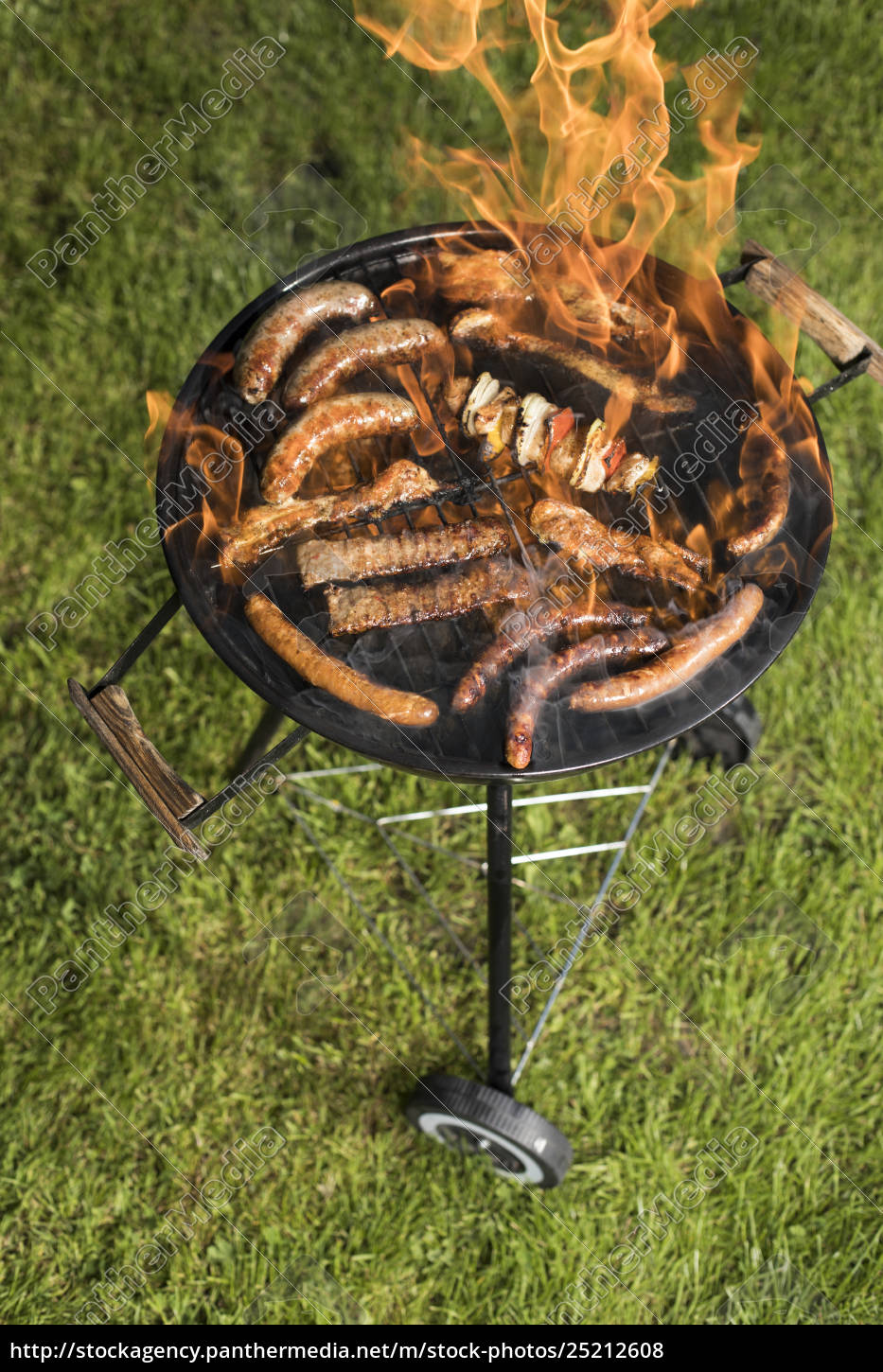 grill, with, smoke, over, summer, outdoor - 25212608