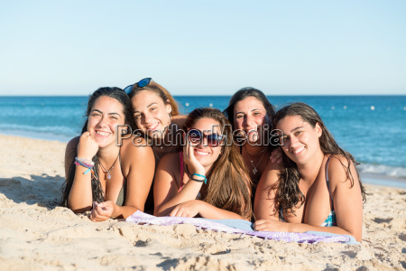 group, of, girls, at, the, beach - 25218498