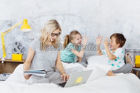 business, mum, at, work, while, her - 25234320