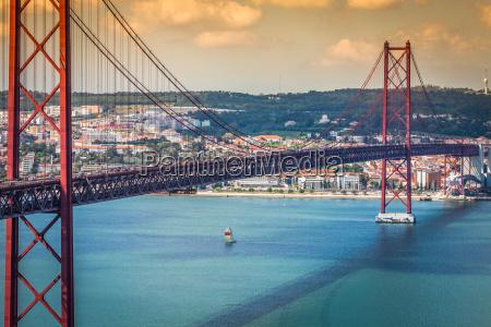 the 25 de abril bridge is