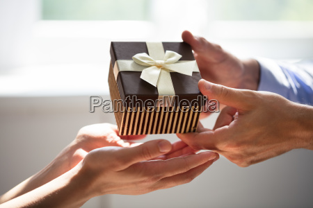 man, giving, gift, to, woman - 25333580