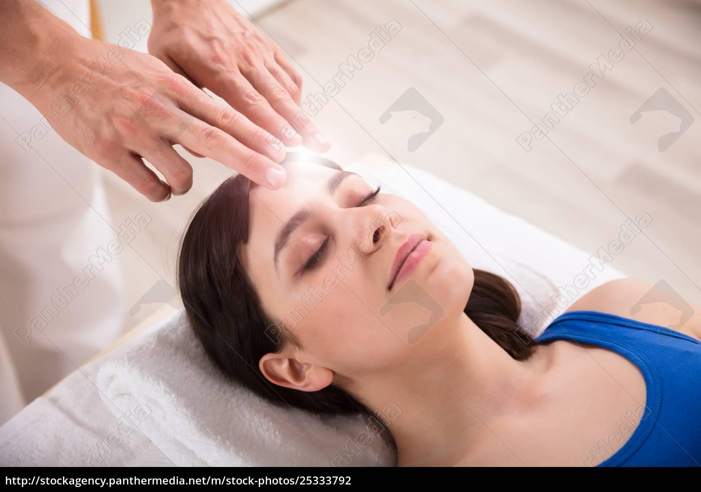 therapist, performing, reiki, healing, treatment, on - 25333792
