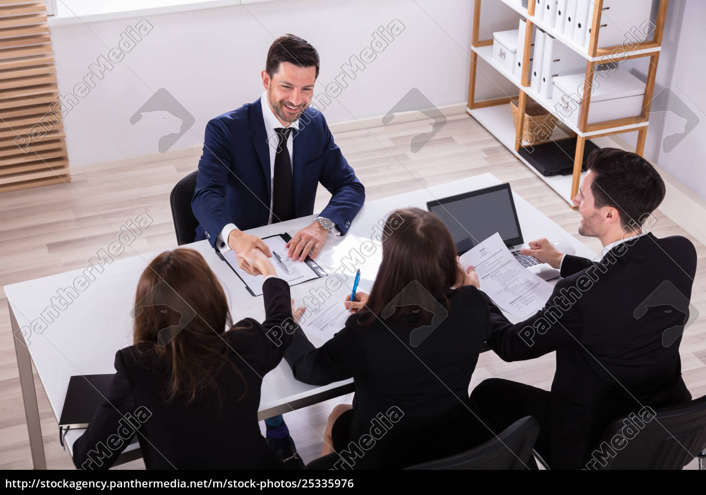 businesspeople, having, conversation, in, office - 25335976