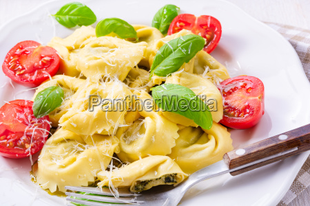 ravioli, with, spinach, filling, grated, cheese, and - 25349062