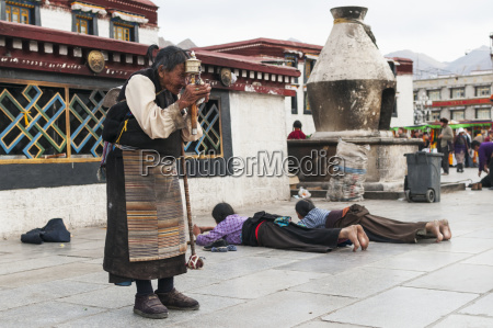 a old woman prays in front
