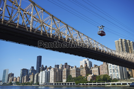 roosevelt island tram leaving manhattan new