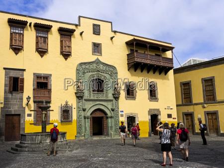 casa de colon tourists wander around