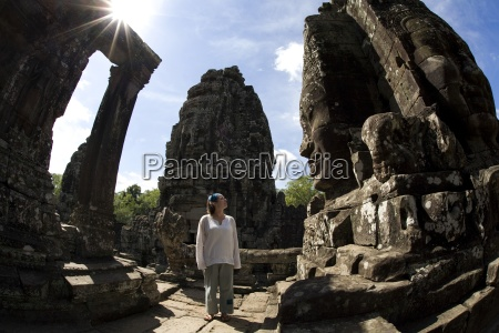 tourist outside temple in der antiken