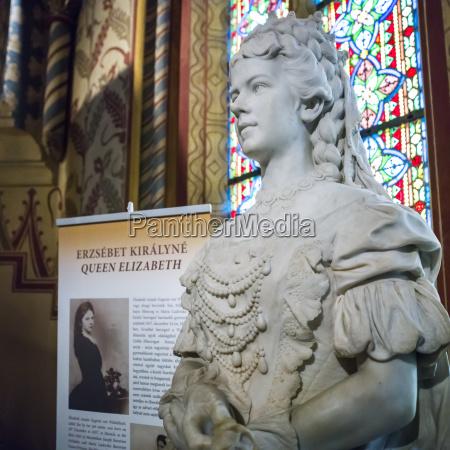 estatua de la reina isabel en
