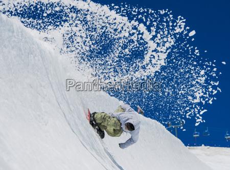 um snowboarder profissional e freeriding no