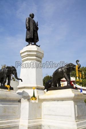 king rama ii of siam monument