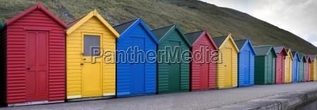 hilera de cabanyas coloridas
