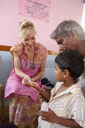 una donna con uno stetoscopio dando