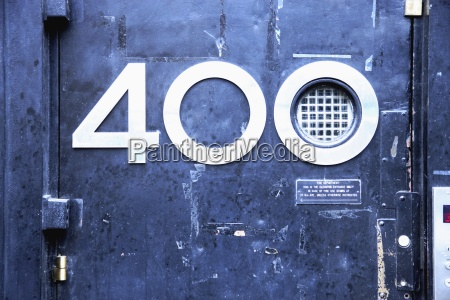 the number 400 on a buildings