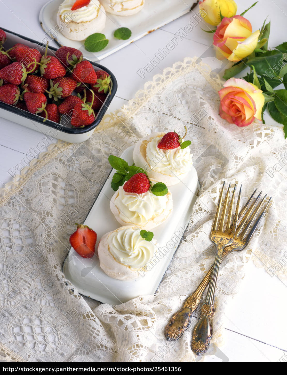 baked, meringue, with, cream, and, fresh - 25461356