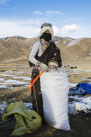 tibetan nomad woman near doudicun city