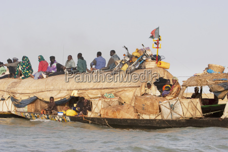 pinasse carrying cargo and passengers on