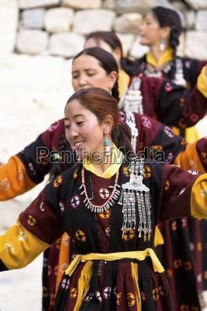 woman dancing in a row leh