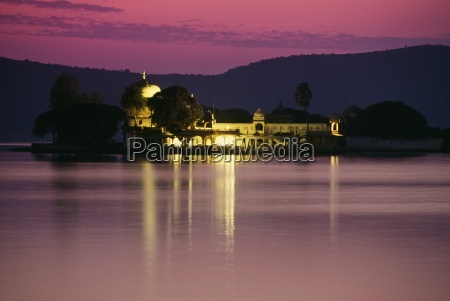 jagmandir palace at night lake pichola