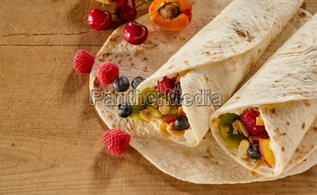 tasty wraps filled with fruit cream