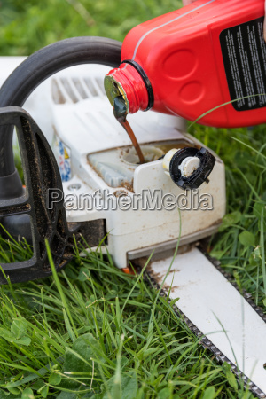 refill oil in chainsaw