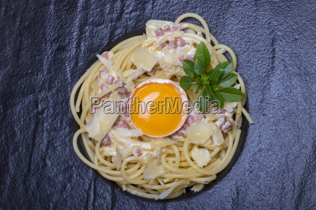 overview of spaghetti carbonara on a