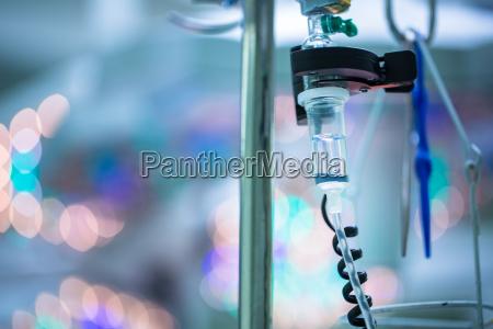 tropfbewaesserungsgeraete im operationssaal des operationstisches konzeptionelles