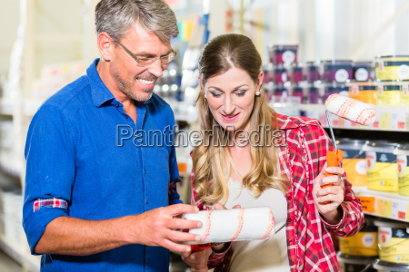 home improver couple buying paint and
