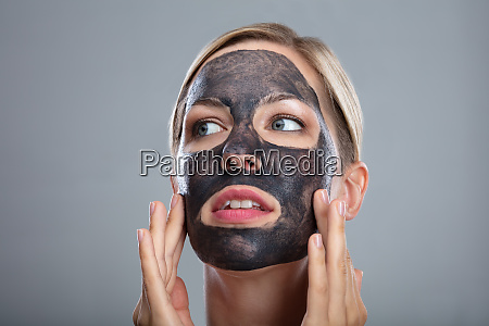 mujer feliz usando mascara de cara