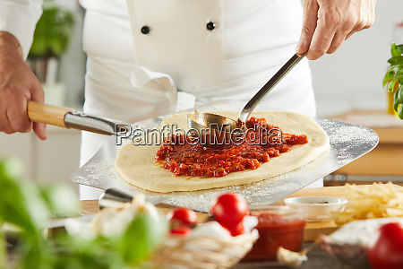 chef in a pizzeria making a
