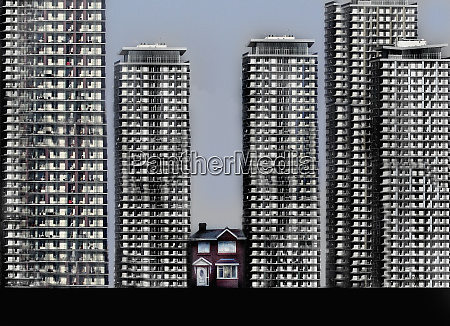 pequenya casa unifamiliar rodeada de altos